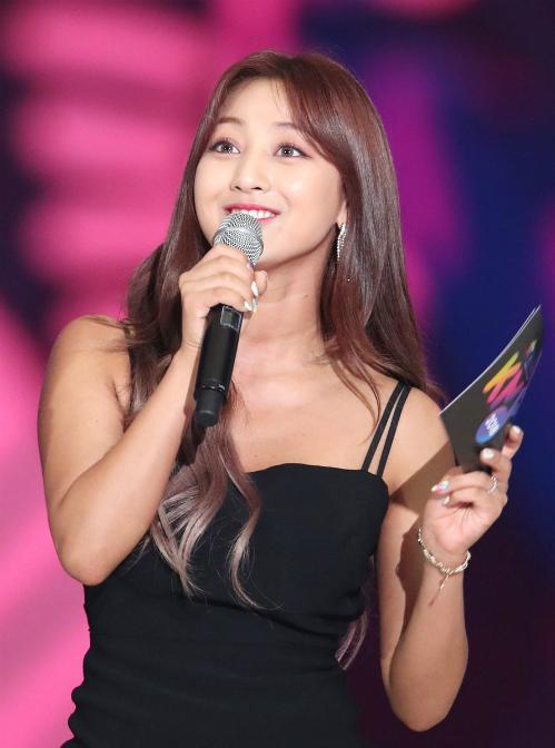 Từng bị chê là lỗ hổng nhan sắc của Twice, Ji Hyo đang lột xác trở thành thành viên được khen ngợi nhiều nhất về ngoại hình. Nữ ca sĩ không giảm cân quá đà mà theo style gợi cảm đầy khỏe khoắn.