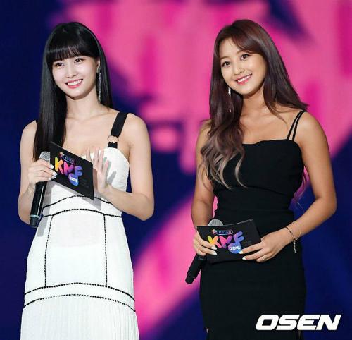 Nếu Ji Hyo đẹp sexy thì Momo chính là đại diện cho nét đẹp trong sáng, ngây thơ. Hai thành viên Twice chọn trang phục ăn ý với màu da, tạo sự đối lập trên sân khấu.