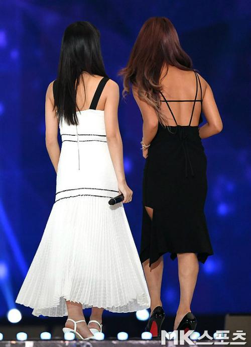 Không cần nhìn phía trước, chỉ căn cứ vào màu da fan cũng dễ dàng phân biệt hai mỹ nhân của nhà JYP.