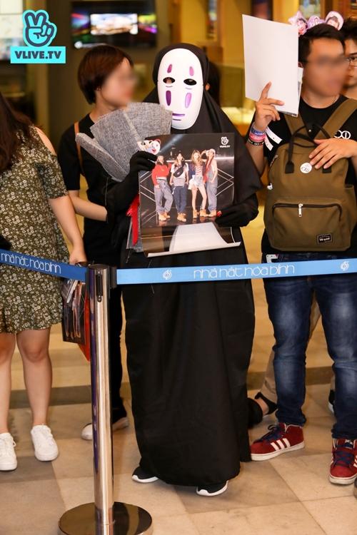 Fan cosplay thành Vô Diện để đi gặp thần tượng.
