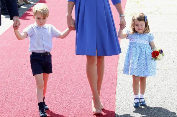 Hoàng tử George và Công chúa Charlotte chưa bao giờ xuất hiện với trang phục quần dài.