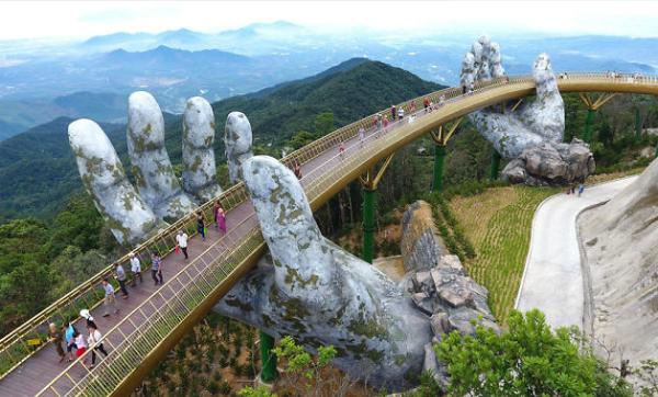 Cầu Vàng tại Đà Nẵng đang thu hút sự quan tâm của du khách trong nước hè năm nay.