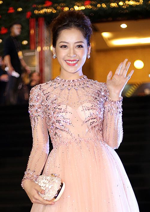 Diện mạo của Chi Pu sẽ rất hoàn hảo nếu như cô không để lộ hai miếng mút độn ngực màu trắng, chọi hoàn toàn với lớp váy mỏng màu hồng pastel phía ngoài.