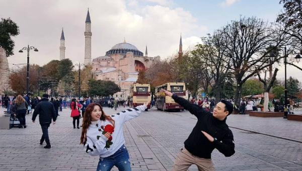 Kim Tae Soo là vệ sĩ thân thiết của Minzy (cựu thành viên 2NE1). Hai người thường đăng tải lên mạng xã hội những bức ảnh chụp cùng nhau trong lịch trình hàng ngày.