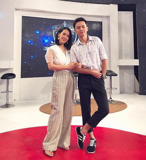 Vợ chồng Tú Vi - Văn Anh bảnh bao đi ghi hình gameshow.