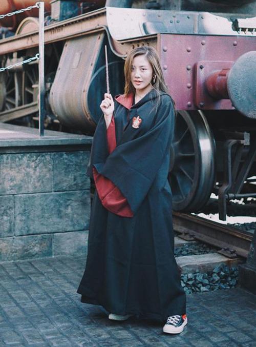 Văn Mai Hương thử nghiệm cảm giác mặc đồ phù thủy, tay cầm đũa giống hệt Harry Potter.