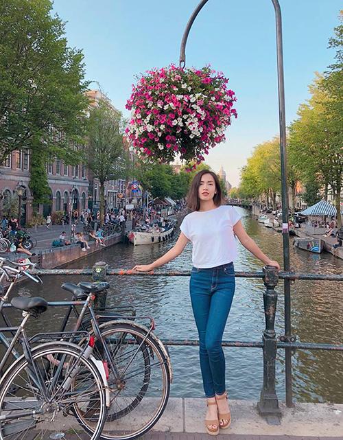 Ái Phương đẹp mong manh trên đường phố Amsterdam ngập tràn hoa.