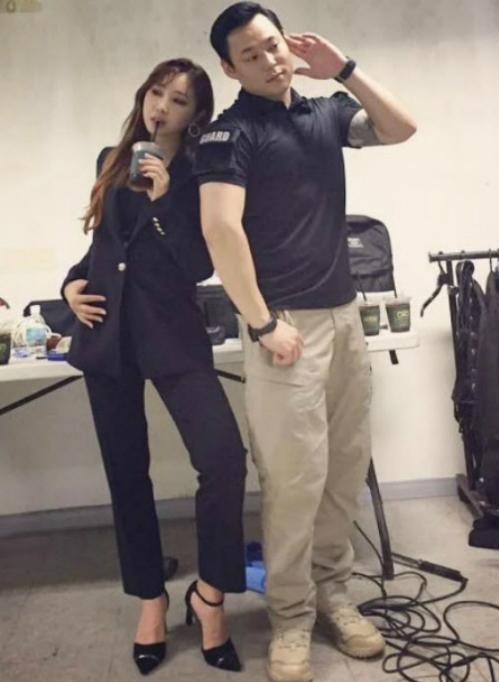 Anh vệ sĩ bảnh bao sẵn sàng làm bạn diễn của Minzy trong những bức ảnh ngẫu hứng.