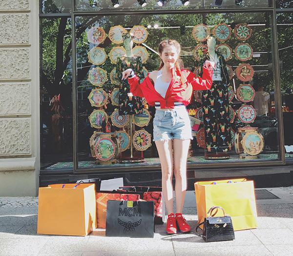 Vốn là con nghiện hàng hiệu, Ngọc Trinh đầu tư rất nhiều thời gian, tiền bạc cho thú vui xa xỉ này. Cô nàng thường xuyên khoe những chuyến du lịch khắp đây đó, những lần càn quét khắp các cửa hàng thời trang và thu về hàng loạt món đồ đắt đỏ trong mơ của nhiều cô gái.