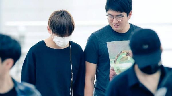 Tại những lần xuất hiện ở sân bay hay nơi đông người, fan thường xuyên thấy hình ảnh V cười đùa rạng rỡ, thậm chí còn không ngại ngần nắm chặt tay anh vệ sĩ như... gà con sợ lạc mẹ.