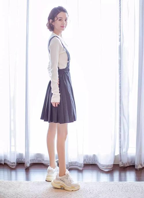 Nữ diễn viên thường xuyên khoác lên mình những món đồ không phù hợp vóc dáng, cách mix thiếu tinh tế. Set váy yếm xếp ly đáng yêu đi cùng đôi Balenciaga quá khổ hầm hố này là một ví dụ.