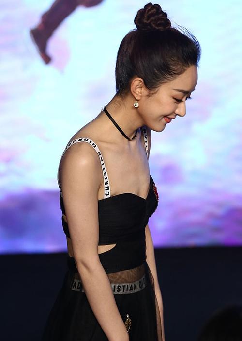Ngay cả khi diện váy dạ hộicả trăm triệu đồng, vẻ ngoài của cô nàng cũng không khá khẩm hơn.