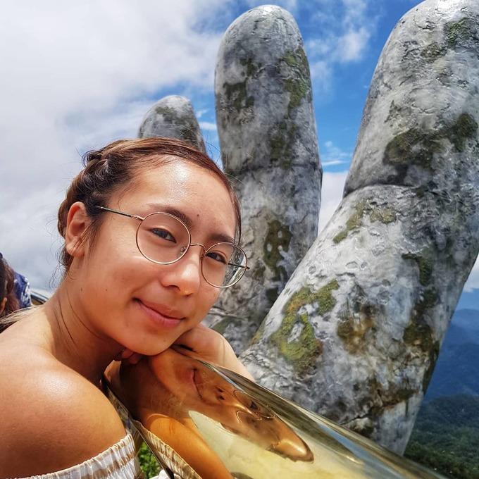 <p> Cô gái tự tin khoe bức ảnh trên trang cá nhân. Cô chia sẻ, ấn tượng nhất với cầu Vàng là đôi bàn tay khổng lồ loang lổ rêu phong nâng đỡ cây cầu.</p>