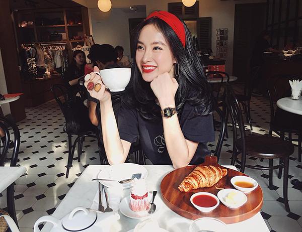 Angela Phương Trinh xinh như búp bê khi đi thưởng thức trà bánh cùng em gái.
