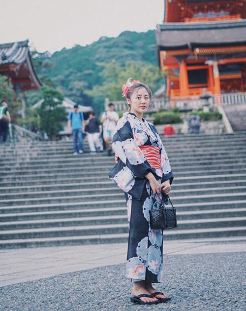 Văn Mai Hương e ấp dịu dàng trong bộ kimono Nhật Bản.