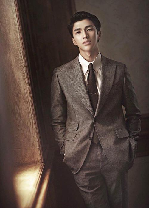 Bình An trông điển trai chẳng kém các soái ca phim Hàn khi diện vest.