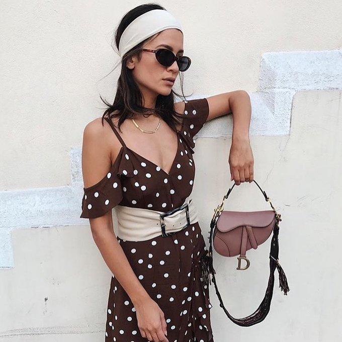 <p> Anna Vitiello gợi cảm hết cỡ khi diện bộ váy hai dây hở vai hợp xu hướng. Băng đô cài tóc và túi Saddle là bộ đôi phụ kiện ăn nhập, tạo nên vẻ ngoài trẻ trung, hợp mốt cho fashionista.</p>
