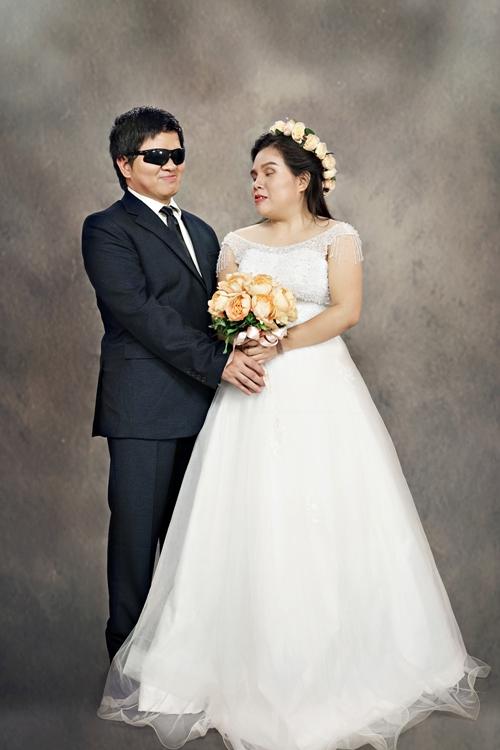 Có người khiếm thị không thể trực tiếp nhìn thấy người bạn đời xinh đẹp thế nào trong chiếc áo cưới lộng lẫy hay trong bộ vest lịch thiệp. Thế nhưng khi đứng trước ống kính, niềm xúc động đều hiện rõ trên gương mặt, khó lòng che giấu được.