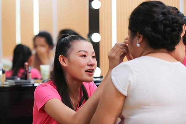 Thí sinh Hoa hậu Việt Nam xúc động khi bắt tay thực hiện dự án.