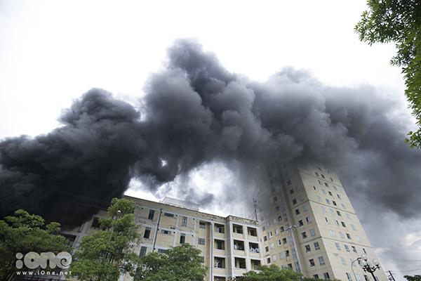 Cột khói đen bốc cao.