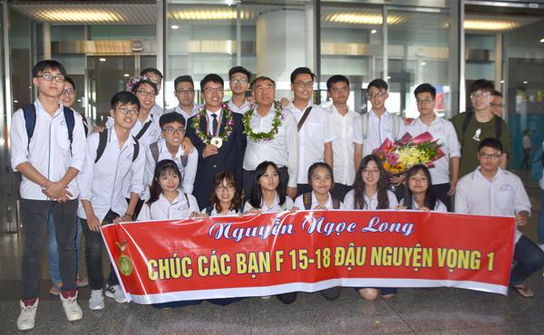 Nhiều bạn cùng lớp không quản đường xa sân bay đón Long ngày trở về.