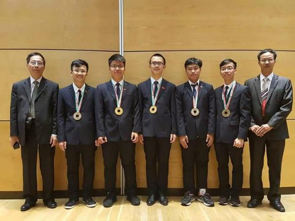 Nguyễn Ngọc Long (thứ batừ trái sang) giành huy chương Vàng Olympic Vật lý quốc tế năm 2018.