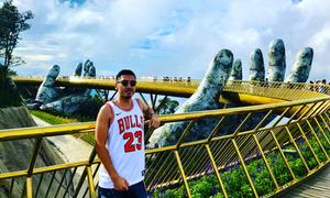 Du khách nước ngoài đua nhau đăng ảnh với Cầu Vàng ở Đà Nẵng