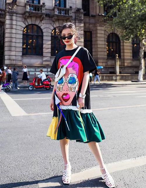 Với những mảng màu sắc rực rỡ, kiểu dáng độc đáo, thiết kế này mang đến vẻ ngoài nổi bật, cá tính cho các cô nàng khi dạo phố mùa hè.