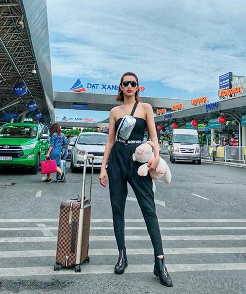 Thời trang sân bay thể hiện rất rõ gu ăn mặc có thẩm mỹ của người đẹp sinh năm 1991. Style của Á hoàng Trang sức 2009 là vừa trẻ trung, cool ngầu, lại vừa có nét sexy, nữ tính.