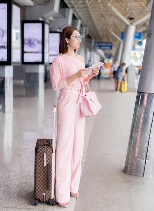 Yếu tố thoải mái được Thúy Ngân đặt làm thứ yếu. Cô nàng chú trọng đến diện mạo sang chảnh, đẳng cấp mỗi khi ra sân bay.