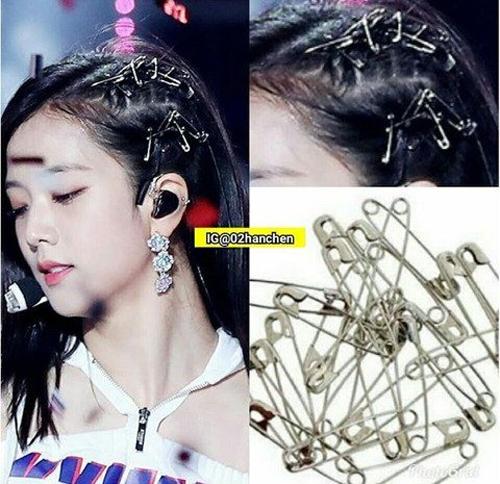 Dù thế nào thì kiểu tóc cài đầy kim băng này vẫn rất ăn nhập với trang phục biểu diễn của Jisoo và khiến cô nàng nổi bật trên sàn diễn.