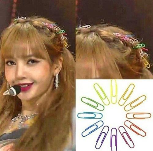 Không chỉ Jisoo là chuột bạch của vị stylist sáng tạo, Lisa cũng được thử kiểu tóc đính chi chít kẹp giấy bảy sắc cầu vồng. Cách làm đẹp này tiếp tục khiến các fan dậy sóng.
