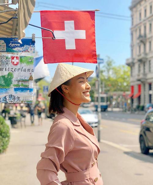 Hoàng Oanh mang chiếc nón lá tí hon vi vu khắp châu Âu.