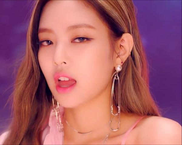 Trước đó, các thành viên trong nhóm cũng nhiều lần được stylist mix đồ với kim băng. Jennie hết đeo khuyên tai khổng lồ...
