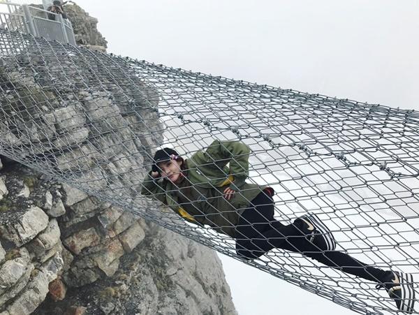 Dara chứng tỏ sự can đảm bằng cách nằm tạo dáng thoải mái trên chiếc cầu dây thép qua đỉnh núi.