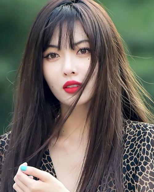 Thay cho đôi mắt sắc lẹm vì áp tròng và eyeliner, Hyun Ah trông rất mong manh nên thơ khi để mắt nâu đen tự nhiên, kẻ mắt thật nhẹ.