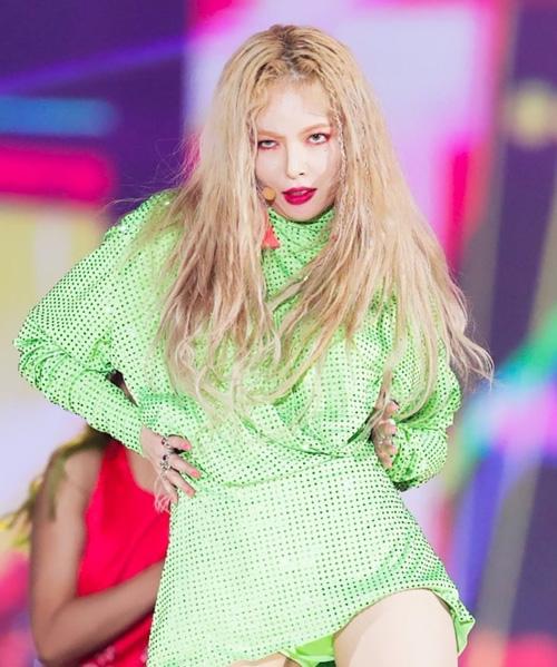 Nhiều người ví von lối trang điểm này khiến Hyun Ah trông chẳng khác gì ma cà rồng. Kính giãn tròng màu quá sáng cùng với màu mắt đậm khiến đôi mắt của cô nàng trông vô hồn thiếu tự nhiên.