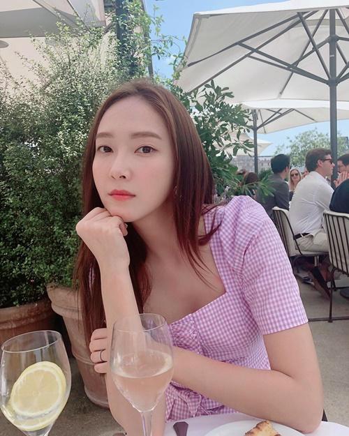 Jessica pose hình sang chảnh với khuôn mặt không cảm xúc.