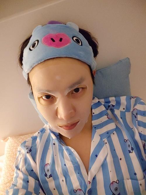J-Hope (BTS) đeo băng đô cute dưỡng da cũng không quên làm mặt ngầu chụp tự sướng.