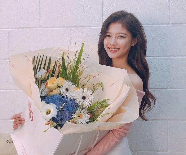 Kim Yoo Jung cười rạng rỡ trở lại sau thời gian ở ẩn chữa bệnh.