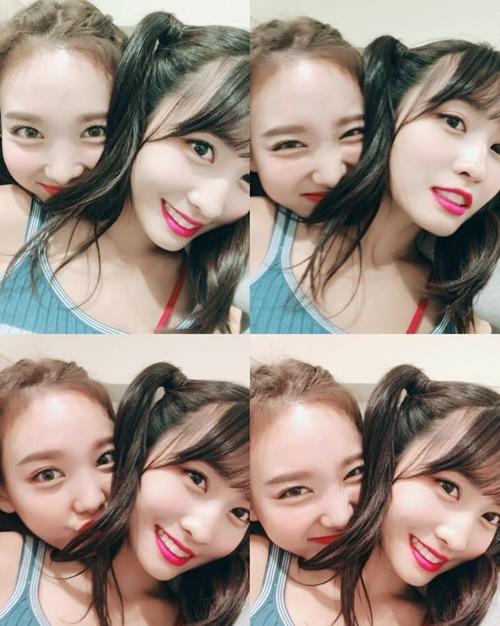Na Yeon ôm hôn Momo nồng nhiệt trong hậu trường Music Station.