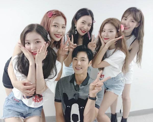 Yun Ho (TVXQ) đến cổ vũ concert của nhóm nhạc đàn em Red Velvet.