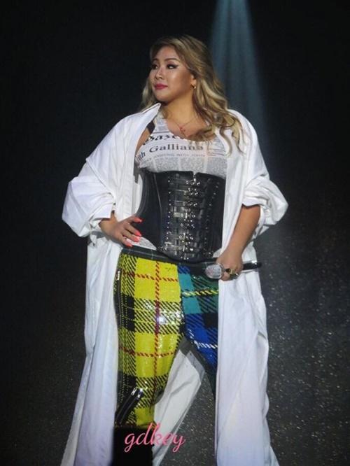 CL biểu diễn với trang phục che giấu đường cong khác hẳn những bộ cánh sexy có phần khoe da thịt trước đó.