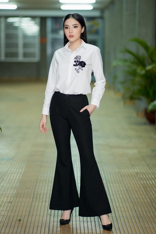 Tham dự sự kiện, Kỳ Duyên lựa chọn áo sơ mi trắng thêu hoa thanh lịch, mix cùng quần tây ống loe mang đến sự gần gũi.