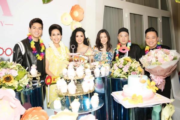 Đến chúc mừng con gái Giáng My còn có nhiều đồng nghiệp như NTK Đỗ Mạnh Cường, diễn viên Diễm My, Thanh Mai, người mẫu Lê Xuân Tiền...