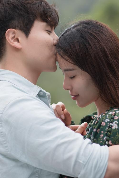Cô đóng cặp với một trai lạ và có những cảnh quay ngọt ngào. Nam Em tựa đầu vào vai chàng trai lãng mạn, được ôm hôn giữa không gian thơ mộng tại Đà Lạt.