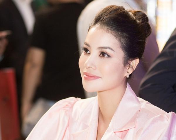 Phạm Hương khoe chân dài miên man - 3