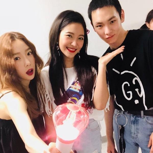 Tae Yeon và Key (SHINee) đến cổ vũ concert của Red Velvet, chụp ảnh cùng em út Yeri tạo thành bộ ba họ Kim thân thiết của nhà SM.