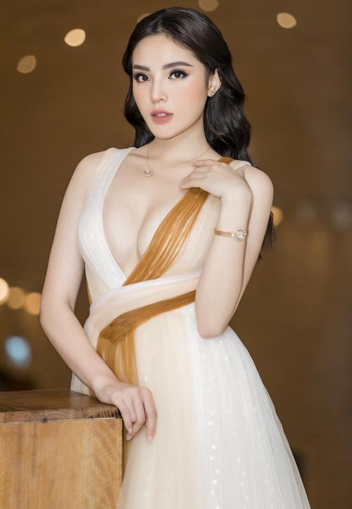 Chỉ khi dự những buổi tiệc tối hào nhoáng, những sự kiện thảm đỏ trang trọng, Kỳ Duyên mới diện đầm dạ hội lộng lẫy. Chi tiết này thể hiện gu thẩm mỹ tinh tế của Hoa hậu Việt Nam 2016.