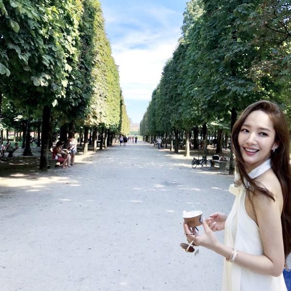 Park Min Young khoe ảnh đẹp lãng mạn ở Paris.